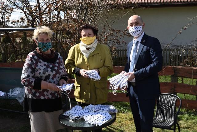 Seniorzy uszyli już blisko 1000 maseczek ochronnych dla szpitali, instytucji i osób starszych
