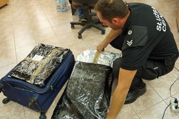 Narkotyki zapakowane w worki foliowe 29-latek przewoził w torbie podróżnej.