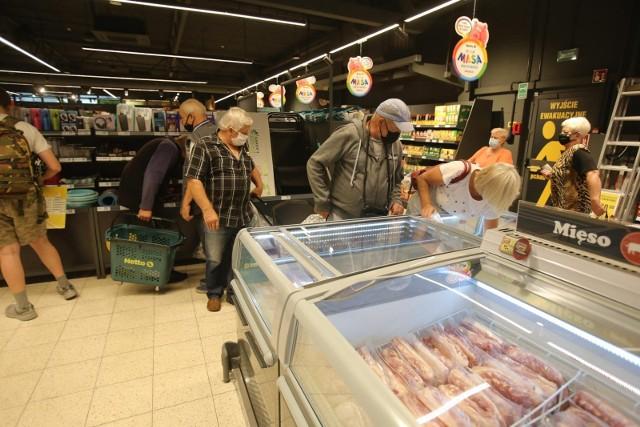 Sklepy przygotowały na początek października wyjątkowe promocje. Niektóre z nich obniżyły ceny swoich produktów nawet o 90 proc. Taniej kupicie mięso, owoce, kawę, a także kosmetyki. Nie musicie jednak przeglądać gazetek promocyjnych - my zrobiliśmy to za Was i w jednym miejscu zebraliśmy najciekawsze promocje z takich sklepów jak Biedronka, Lidl, Kaufland, Netto, Aldi, POLOmarket i Auchan. Zobaczcie, gdzie warto zrobić zakupy, by zaoszczędzić. >>>>>