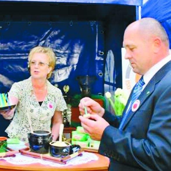 Bożena Dobrzyń, prezes SM Sudowia, prezentuje nowości - produkty ekologiczne