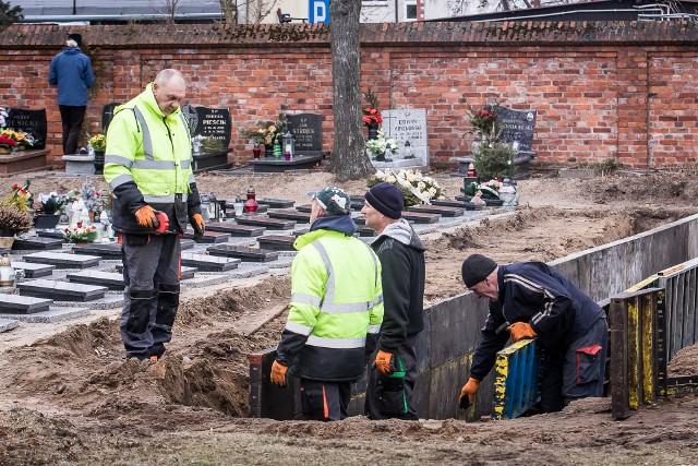 Firma działająca na zlecenie Urzędu Miasta na cmentarzu przy ul. Kcyńskiej wyciągnęła razem z ziemią... ludzkie szczątki