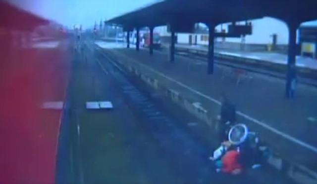 Kadr z filmu z dworca w Lesznie, opublikowanego przez TVP3 Poznań