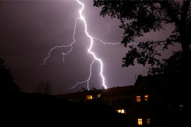 Alert RCB: Dziś i w nocy burze, silny wiatr, ulewny deszcz i lokalnie grad. Możliwe są podtopienia