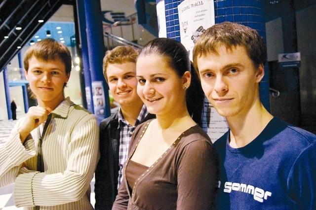 - Studiowanie w Polsce jest nie tylko modne, ale i bardzo przyjemne - mówi Julia. Obok (od lewej) Wladyslaw Newenczanyj, Ievger Zabolotnyi i Dmytr Izvarin.