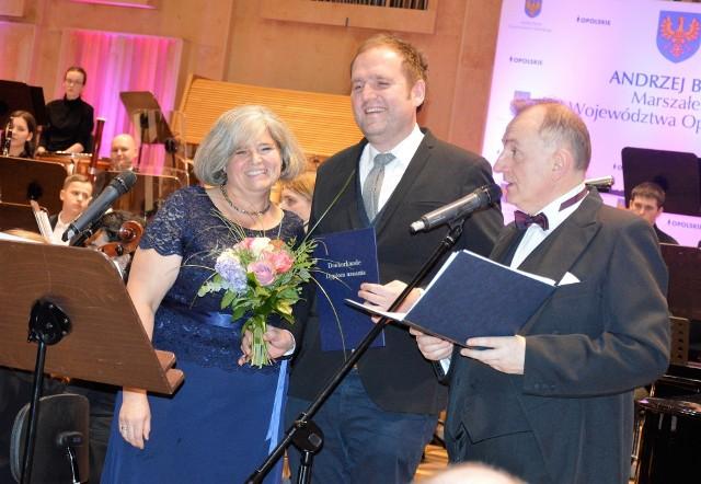Sebastian Gerstenberg otrzymał z rąk pani konsul Niemiec w Opolu dyplom uznania przyznany przez ambasadora RFN.