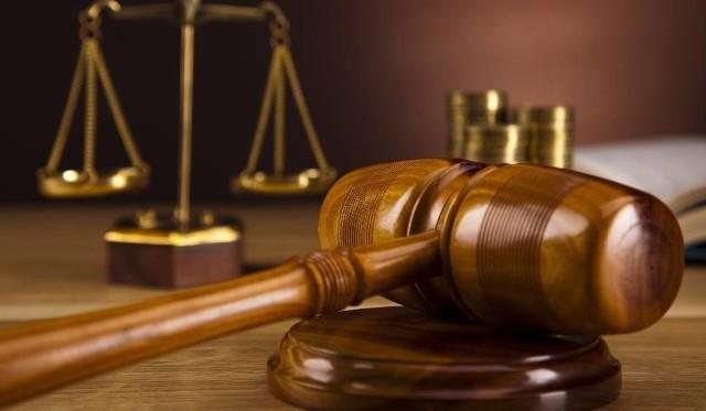 """Przed sąd za 9 oszustw """"na policjanta"""". Wyrzucali dla niego pieniądze i biżuterię przez okna. Oszuści zarobili ponad 580 tys. zł"""