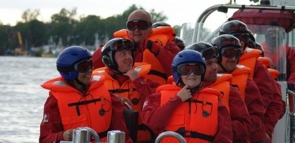 Patrycja Osada, Joanna Osada, Grzegorz Łukasiewicz, Eleonora Chomiak, Andrzej Przycki i Kazimierz Pieczarski właśnie odbijają od brzegu.