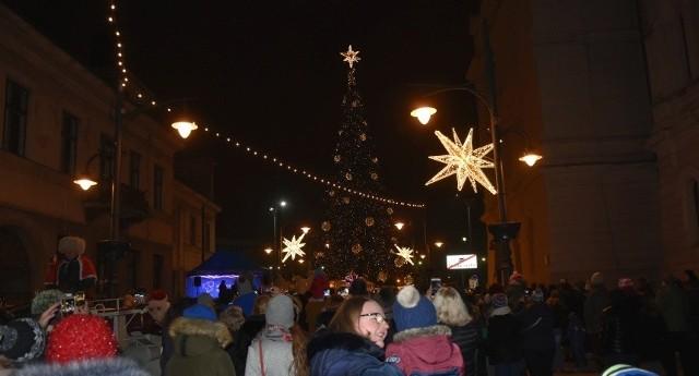 Na Piotrkowskiej oficjalnie uruchomiono świąteczną iluminację.