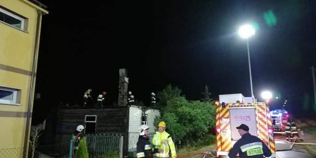 Do pożaru domu mieszkalnego doszło w nocy z soboty na niedzielę około godz. 1 w Woli Zambrowskiej. Na szczęście przebywający wewnątrz opuścili zagrożone pomieszczenia o własnych siłach.