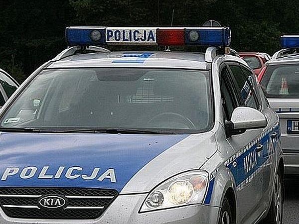 Policjanci z Międzychodu szukają kierowcy, który uderzył swoim bmw w osobową skodę, po czym odjechał z miejsca zdarzenia.