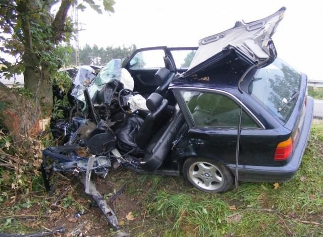 Kierowca bmw uderzył w drzewo. Zabrało go pogotowie