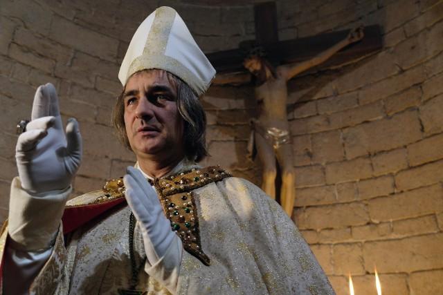 Korona Królów odcinek 36. Biskup Grot spotyka się z Nekandą - doradcą króla, który dla swoich prywatnych korzyści, zaczyna donosić o planach Kazimierza. Co jeszcze wydarzy się w 36. odcinku serialu Korona królów? Emisja tego odcinka już w środę 28 lutego 2018 roku.