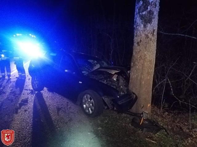 Wypadek w okolicach miejscowości Krąg. Auto uderzyło w drzewo