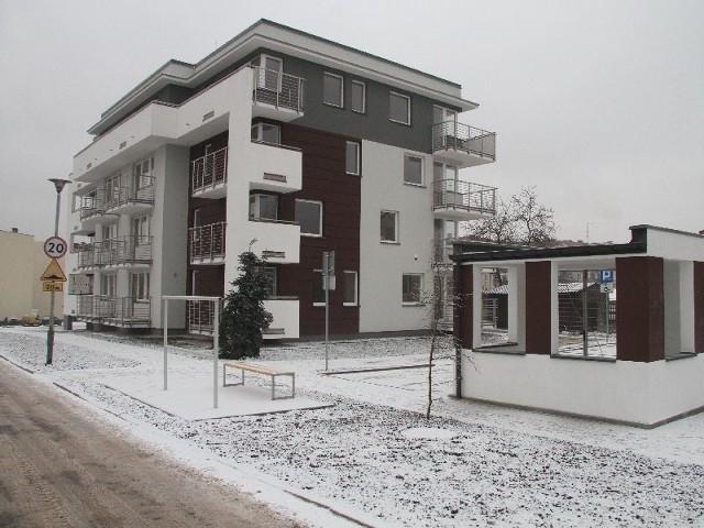 Gotowe mieszkania dla seniorów w Kielcach. Wydano kluczeSeniorzy odebrali właśnie klucze do mieszkań w tym bloku przy ulicy Kazimierza Wielkiego.
