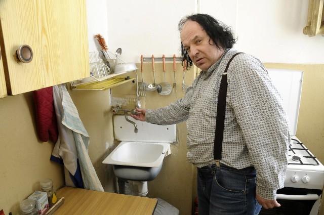 Lokator- Woda ma słabe ciśnienie. Zdarza się tak słabe, że leci ciurkiem - mówi pan Włodzimierz.