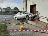 Tragiczny wypadek w Kaliszu. Samochód wjechał w budynek. Kierowca zmarł po przewiezieniu do szpitala