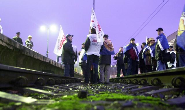 Strajkujący kolejarze grozili wczoraj strajkiem generalnym. Zaplanowali go na luty, jeżeli rząd nie spełni ich żądań.