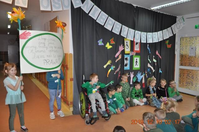 """W Niepublicznej Szkole Podstawowej w Przytocku obchodzono Międzynarodowy Dzień Osób Niepełnosprawnych. Odbył się apel i zajęcia pod hasłem """"Każdy inny wszyscy równi"""", których celem było budowanie prawidłowych relacji między uczniami podczas zabawy oraz integracja społeczności szkolnej w atmosferze wzajemnego zaufania i poczucia bezpieczeństwa."""