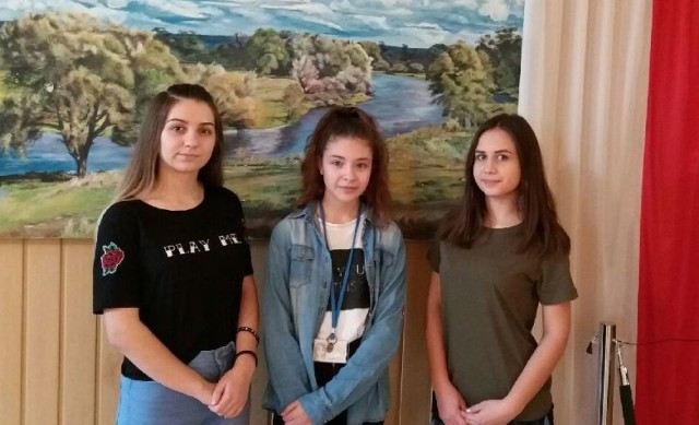 Awans aż trzech uczennic z Pińczowa (od lewej): Amelii Miśtal, Julii Pięty i Natalii Wardy do ogólnopolskiego konkursu recytatorskiego to powód do dumy.