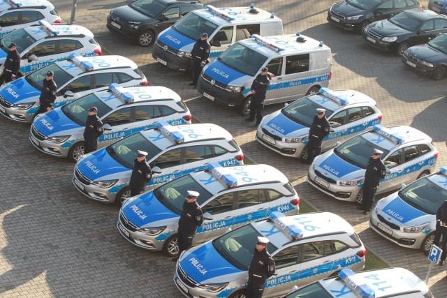 Kluczyki do nowych aut wartych w sumie 3,2 mln zł wręczył policjantom marszałek województwa. Najwięcej nowych pojazdów dostały  posterunki i komisariaty w gminach pow. krośnieńskiego i rzeszowskiego (6 oraz 5). 30 z 45 pojazdów to tabor, którego koszty zakupu w połowie pokryli włodarze gmin. Resztę sfinansowało państwo w ramach rządowego planu modernizacji służb mundurowych na lata 2017-2020. Przewiduje on, że w ciągu 4 lat na policję zostanie przeznaczone 6 mld zł. Na Podkarpaciu sama modernizacja komend i posterunków pochłonie 74 mln zł. Policjanci dostaną też nowy sprzęt i broń. Nowe radiowozy trafią do funkcjonariuszy drogówki i służby prewencyjnej.- Policja musi wzmacniać się technicznie. To zapewnia skuteczną służbę, ale to także szansa na podniesienie poziomu bezpieczeństwa funkcjonariuszy - mówił mł. insp. Henryk Moskwa, komendant wojewódzki policji. - Na co dzień policjanci na Podkarpaciu podejmują setki interwencji. Często narażają swoje zdrowie, a nawet życie. To oczywiste, że ich powodzenie zależy od tego, jakim sprzętem dysponują. Ważne, aby był niezawodny - zaznaczył.Ostatnie duże zakupy dla policji to pojazdy z lat 2008-2009.