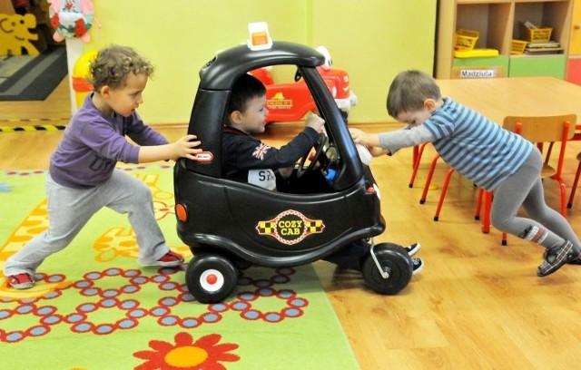 Dzieci z miejskiego przedszkola nr 3 Misia Uszatka w Zielonej Górze różnymi pojazdami udają się w podróż dookoła świata, ucząc się przy tym wielu interesujących rzeczy.