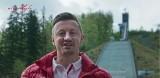 """Dzień Flagi 2 maja 2018: Adam Małysz i inni sportowcy w klipie """"Niepodległa dla Wszystkich"""". Zachęcają do wywieszania biało-czerwonych flag"""