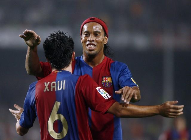 """Z początkiem 2018 roku świat obiegła bardzo smutna informacja. Ronaldo de Assís Moreira znany szerzej jako Ronaldinho, zakończył piłkarską karierę. Futbol stracił człowieka, który z piłką potrafił dokonywać prawdziwych cudów. Nie było wcześniej piłkarza, który swoimi zagraniami wywoływał euforię wśród wszystkich kibiców futbolu. """"Piękne gole, jak piłka wrzucona *za kołnierz* Seamanowi w meczu Brazylia – Anglia. Niezwykłe triki, jak zaczarowanie obrony Chelsea i strzał z miejsca, który przeszedł do historii. Niezapomniane występy, jak El Clásico na Santiago Bernabéu w 2005 roku, po którym kibice Realu zgotowali mu owację na stojąco."""" Kogo jeszcze będzie nam brakować? Oto 10 legendarnych nazwisk, które zakończyły karierę w ciągu ostatnich 12 miesięcy."""