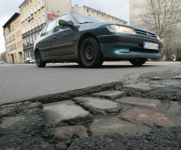 Na zdjęciu jedna z tysięcy dziur w szczecińskich ulicach. Ta jest na ul. Emilii Pater w pobliżu ulicy Parkowej. Auto po całodziennej jeździe po dziurach traci rocznie na wartości o 20-30 proc. szybciej, niż po normalnych, zadbanych ulicach.