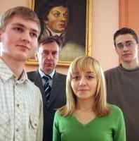 Tomasz Wszeborowski, Ksenia Prokopienko i Bartłomiej Poteraj oraz dyrektor Jerzy Łuba