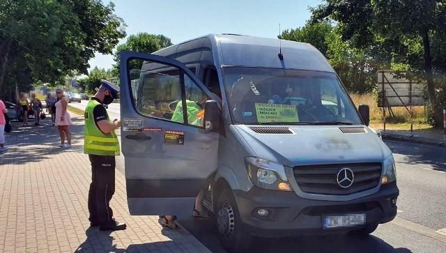 Policjanci kontrolują turystów w Mielnie