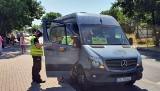 Policjanci sprawdzają maseczki w busach i autobusach