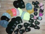 Sprzedawała podrobione maseczki i czapki w Skierniewicach na Targowisku! Policjanci zatrzymali 52-latkę.