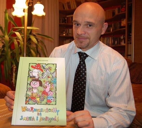 Tomasz Czuk ze swoją książką dla naszych milusińskich: - Konstrukcja wierszy pozwala na ćwiczenia mnemotechniczne ułatwiające zapamiętywanie.