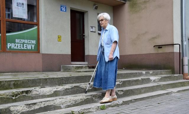 - Z roku na rok wygląda to coraz gorzej. W niektórych miejscach nie można już przejść. Mam nadzieję, że w końcu  doczekam się remontu  tych schodów – mówi Irena Zaleska.