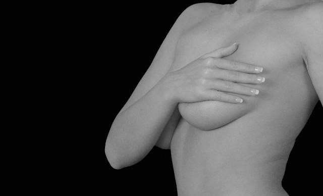 Coraz więcej kobiet -nosicielek rakotwórczych genów raka piersi chce się profilaktycznie zoperować. 50 czeka na zabieg w UCK w Katowicach