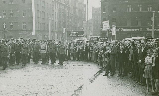 """""""Witamy zdobywców Bytomia!"""" - taki transparent rozwinęli mieszkańcy przed Armią Czerwoną w 1945 roku"""