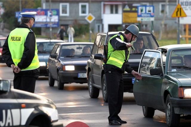 Patrol policji zatrzymuje samochody - zdjęcie ilustracyjne
