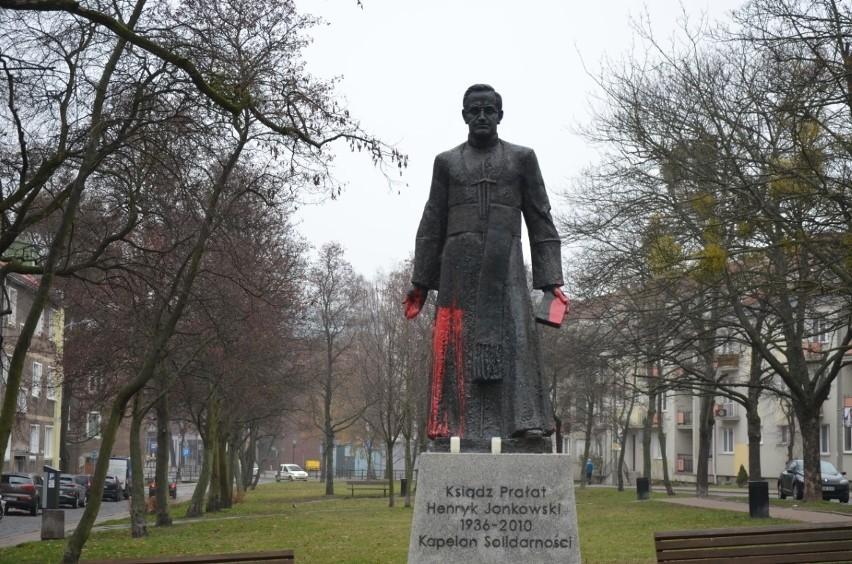 Pomnik ks. Henryka Jankowskiego w Gdańsku oblany farbą. Na...