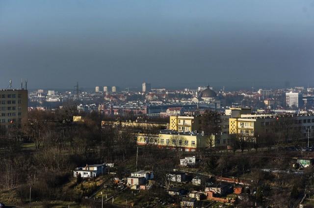 Byliśmy na 10 piętrze wieżowca na Wyżynach. Z tej wysokości widać, że smog w piękne słoneczne i bezwietrzne dni sięga wyżej niż najwyższe budynki.Nic nie wskazuje, że w najbliższych latach sytuacja się poprawi. Spaliny samochodowe i palenie w starych piecach plus położenie miasta w dolinie nie sprzyjają powietrzu, którym oddychamy.Arkadiusz Bereszyński - rzecznik Straży Miejskiej w Bydgoszczy o karach za zanieczyszczanie.