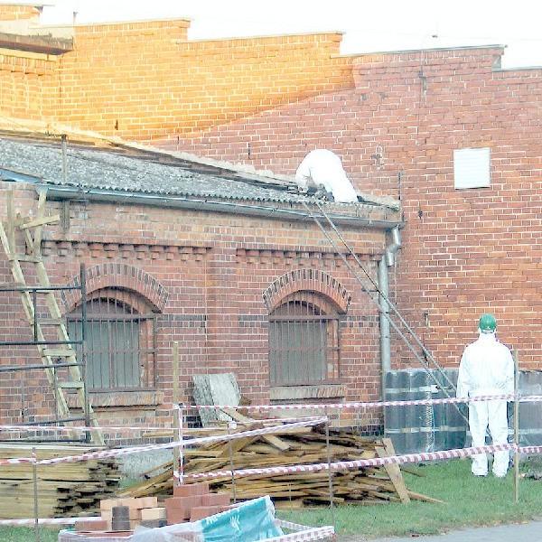 Eternit z dachów usuwać mogą tylko pracownicy specjalistycznych firm