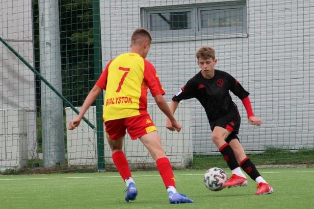 W derbach Jagiellonii CLJ U-17 starszy zespół (na żółto-czerwono) wygrał 3:1