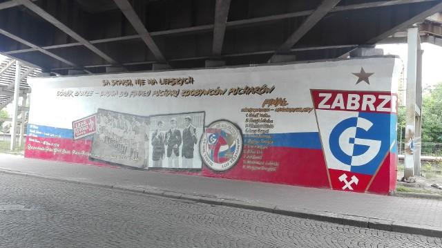 """Odnowiony mural Górnika Zabrze """"Finał 70"""". Zobacz kolejne zdjęcia. Przesuwaj zdjęcia w prawo - naciśnij strzałkę lub przycisk NASTĘPNE"""