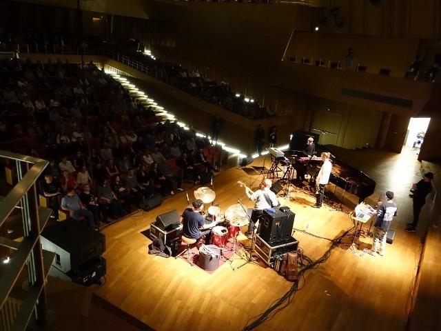 """W środę wieczorem w Filharmonii Koszalińskiej rozpoczął się Good Vibe Festival. Imprezę otworzył EABS, uznawany obecnie za jeden z najciekawszych zespołów jazzowych w Polsce. Muzycy zachwycili utworami ze swojej najnowszej płyty """"Slavic Spirits"""" przepełnionymi improwizacjami.Good Vibe Festival potrwa do soboty. W czwartek impreza przeniesie się do Sianowa, gdzie w Centrum Kultury wystąpi kolejny przedstawiciel młodego pokolenia jazzu, Kuba Więcek. Piątek i sobota to imprezy w nowo otwartym G38 w Koszalinie. 27 września g. 19:00, Event Center G38: * beluga stone * Shishko Disco* J.Lamotta28 września g. 19:00, Event Center G38: * Hubert Tas* Eskaubei i Tomek Nowak Quartet* CykadaZobacz także: Saksofonistka Nubya Garcia  zagrała koncert podczas Good Vibe Festivalu 2018 w Filharmonii Koszalińskiej"""