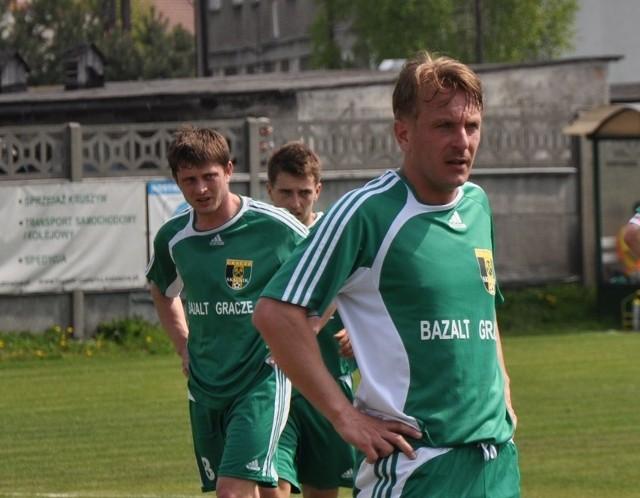 Na pierwszym planie trener Skalnika Grzegorz Kutyła.