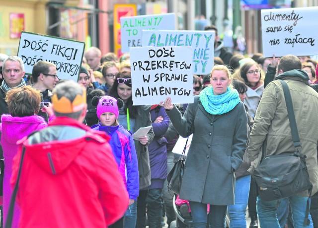 """Problem nieściągalności alimentów był tematem ostatniej Manify. 8 marca kobiety wyszły na ulice z hasłem """"Dość przekrętów w sprawie alimentów"""""""
