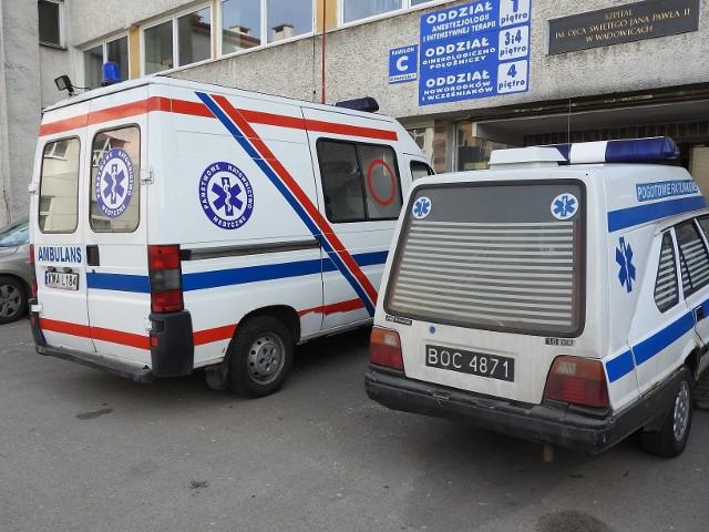 Karetki przed szpitalem powiatowym w Wadowicach
