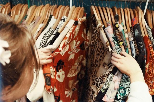 Sukienka na studniówkę - to jeden z najważniejszych zakupów przed balem maturalnym. Każda przyszła maturzystka chce wyglądać wyjątkowo, zwłaszcza, że dla wielu z nich to pierwsza okazja do uczestnictwa w takiej imprezie. Poszukiwania sukienki na studniówkę mogą zabrać jednak sporo czasu. Byście mogły go nieco zaoszczędzić, przedstawiamy wam ciekawe propozycje, które znaleźliśmy! Która z tych sukienek skradnie wasze serce?