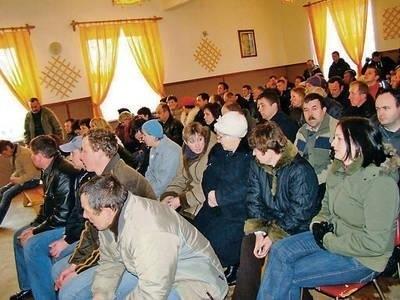 Remiza OSP w Bysinie wypełniła się mieszkańcami, którzy przybyli na zebranie wiejskie FOT. MACIEJ HOŁUJ