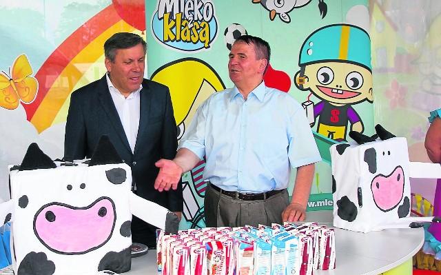 """Na festynie mlecznym swoje stanowisko miał także program """"Mleko z klasą"""". Wicepremier odwiedził je z Dariuszem Sapińskim"""