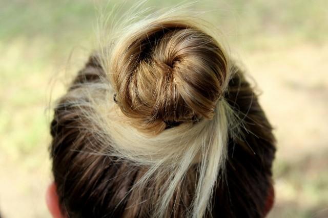 Fryzura na samuraja, czyli tzw. Top Knot to od kilku sezonów jedna z najpopularniejszych fryzur w ostatnim czasie. Fryzura na samuraja pasuje każdemu, niezależnie od płci - wybierają ją zarówno kobiety, jak i mężczyźni.Zobaczcie zdjęcia fryzury na samuraja w naszej galerii - może znajdziecie w niej pomysł i inspirację na tę modną, popularną i wygodną fryzurę >>>>>